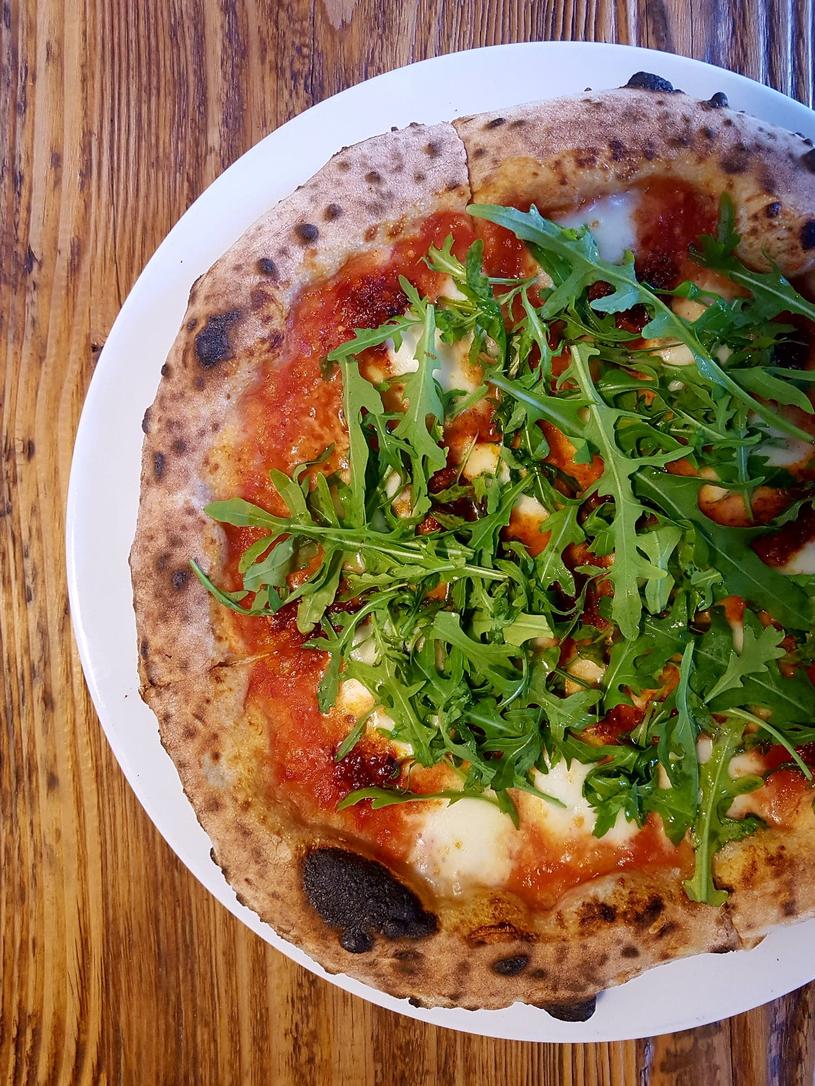 """Pizza neapolitańska - zdjęcie z książki """"Italia do zjedzenia"""", fot. Bartek Kieżun /materiały prasowe"""
