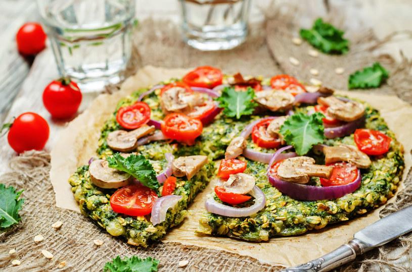 Pizza owsiana z jarmużem /123RF/PICSEL