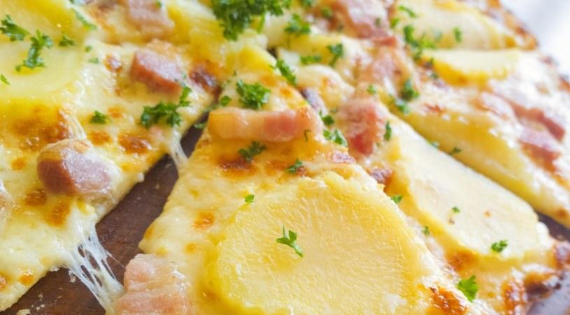 Pizza serwowana jest z dodatkami /©123RF/PICSEL