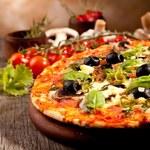 Pizza: W jaki sposób ją przyrządzać i jak długo piec?