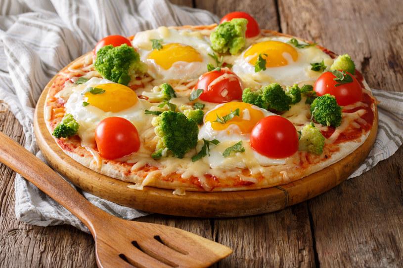 Pizza z jajkiem /123RF/PICSEL