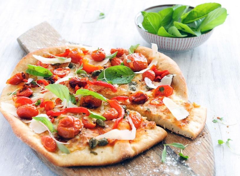 Pizza z pomidorami i kaparami /123RF/PICSEL