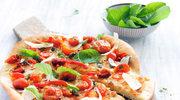 Pizza z pomidorami i kaparami