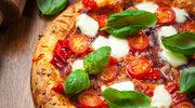 Pizza z salami na drożdżowym cieście