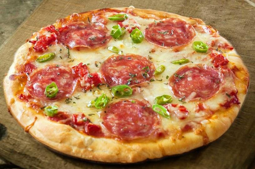Pizza z salami /123RF/PICSEL