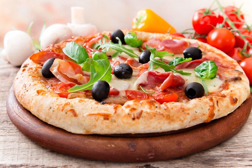 Pizza z szynką i oliwkami /123RF/PICSEL