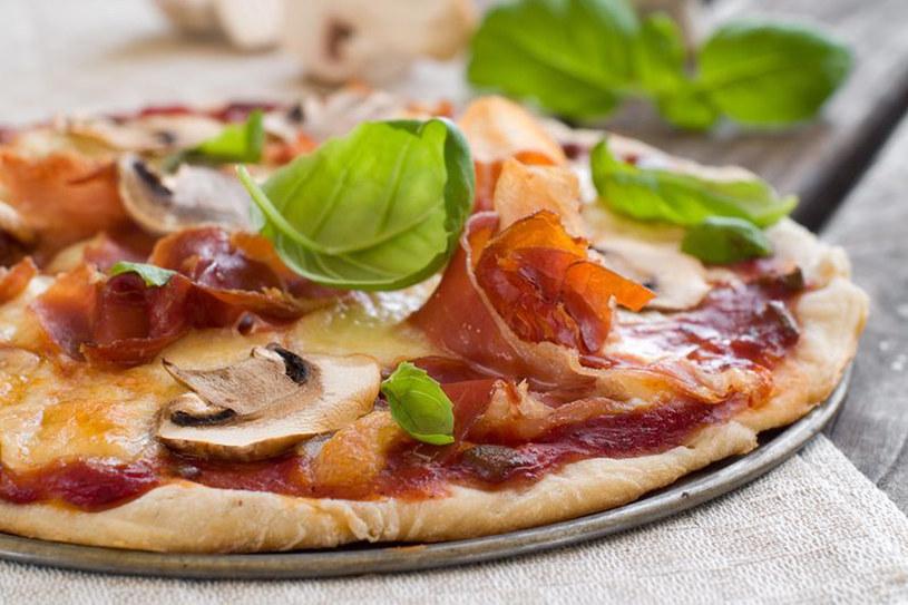 Pizza z szynką i pieczarkami to ulubiony wariant tego dania wśród Polaków /123RF/PICSEL