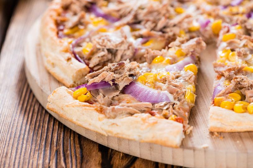 Pizza z tuńczykiem i kukurydzą /123RF/PICSEL