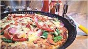 Pizza ze szpinakiem i kiełbasą
