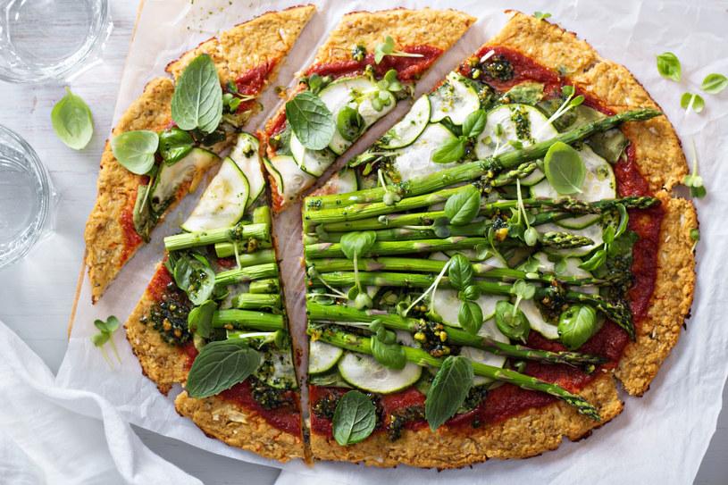 Pizza ziemniaczana ze szparagami /123RF/PICSEL