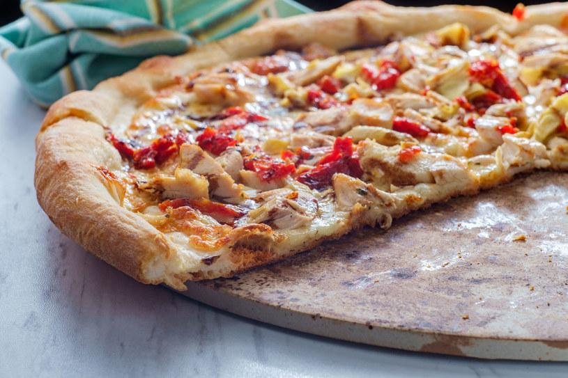 Pizzę zawsze można zamówić, ale domowa smakuje najlepiej /123RF/PICSEL