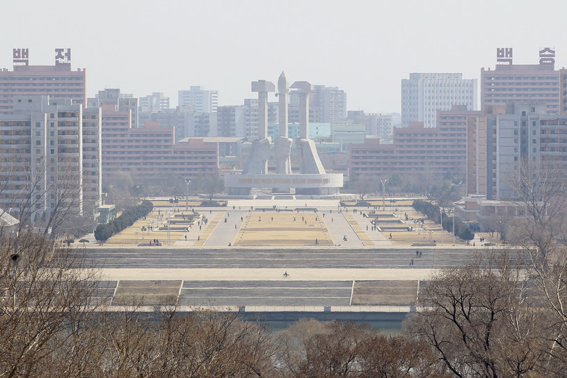 Pjongjang, Partia Pracy Korei - młot, sierp i pędzel do kaligrafii symbolizują klasy koreańskiego społeczeństwa /Getty Images/Flash Press Media