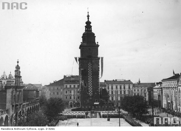 Uroczystości związane z pierwszą rocznicą wybuchu wojny i przemianowaniem Rynku Głównego w Krakowie na plac Adolfa Hitlera. Widoczny udekorowany flagami III Rzeszy ratusz i Sukiennice