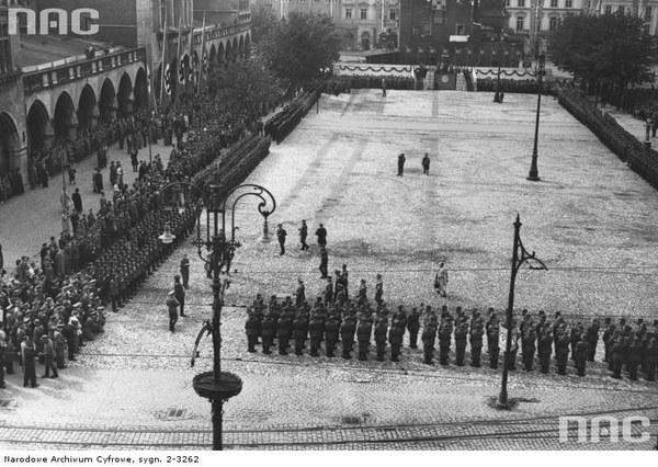 Uroczystości związane z pierwszą rocznicą wybuchu wojny i przemianowaniem Rynku Głównego w Krakowie na plac Adolfa Hitlera. Widoczny fragment Sukiennic, zgromadzone na placu kompanie honorowe oraz ludność cywilna