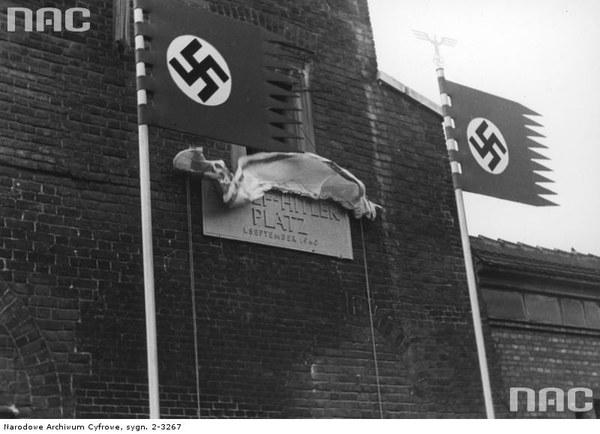 Uroczystości związane z pierwszą rocznicą wybuchu wojny i przemianowaniem Rynku Głównego w Krakowie na plac Adolfa Hitlera. Odsłonięcie tablicy pamiątkowej umieszczonej na ratuszu