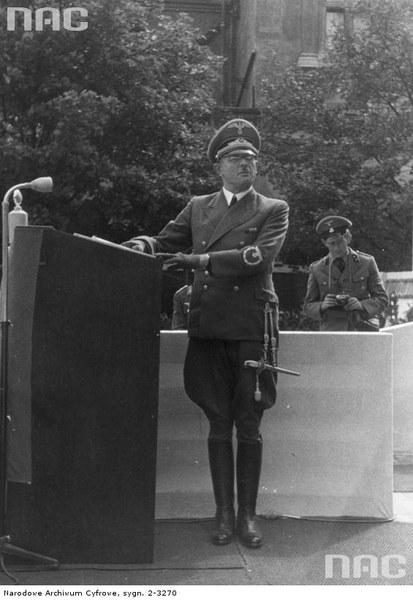 Burmistrz Krakowa - Schmidt przemawia podczas uroczystości związanych z pierwszą rocznicą wybuchu wojny i przemianowaniem Rynku Głównego w Krakowie na plac Adolfa Hitlera