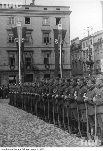 Uroczystości na placu Adolfa Hitlera w Krakowie związane z pierwszą rocznicą wybuchu wojny. Widoczna kompania honorowa Służby Pracy Rzeszy