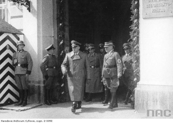 Gubernator Hans Frank (na pierwszym planie) w towarzystwie niemieckich oficerów opuszcza Pałac pod Baranami, który był siedzibą władz dystryktu Kraków