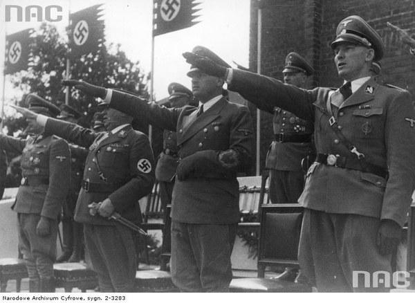 Uroczystości na placu Adolfa Hitlera w Krakowie związane z pierwszą rocznicą wybuchu wojny. Na trybunie honorowej od prawej widoczni: Otto von Wachter, Hans Frank, Ludwig Siebert i Friedrich Wilhelm Kruger