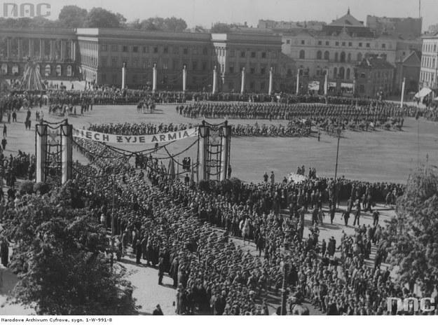 Plac Saski, wrzesień 1939 r. Powrót wojska z ćwiczeń na poligonie /Z archiwum Narodowego Archiwum Cyfrowego /