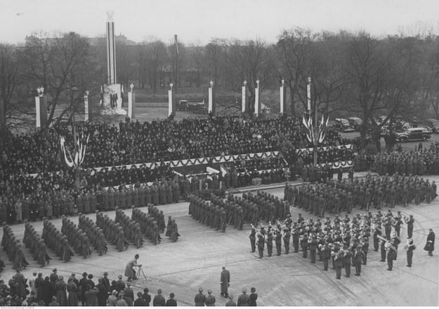 Plac Wolności podczas rewii wojskowej /Ze zbiorów Narodowego Archiwum Cyfrowego