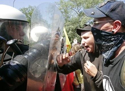 Płacą kiepsko, a zagrożenie spore. Warto więc ryzykować? /AFP