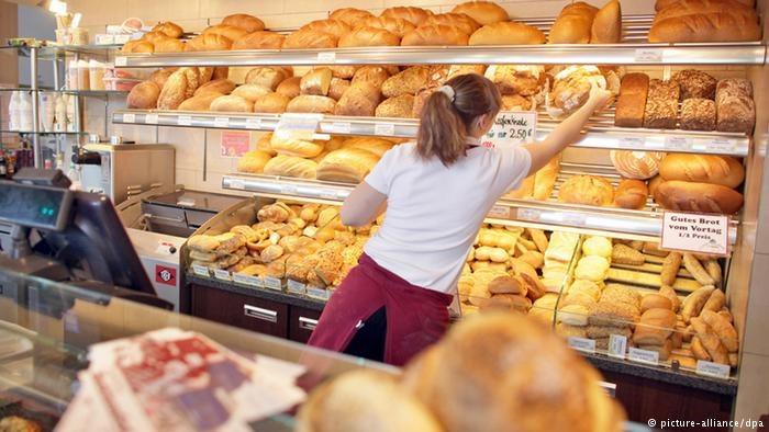 Płaca minimalna w Niemczech w wysokości 9,19 euro za godzinę rzadko wystarczy na życie /Deutsche Welle