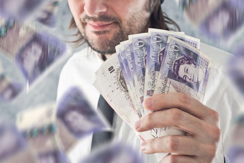 Płacą około tysiąca funtów na rękę /123RF/PICSEL