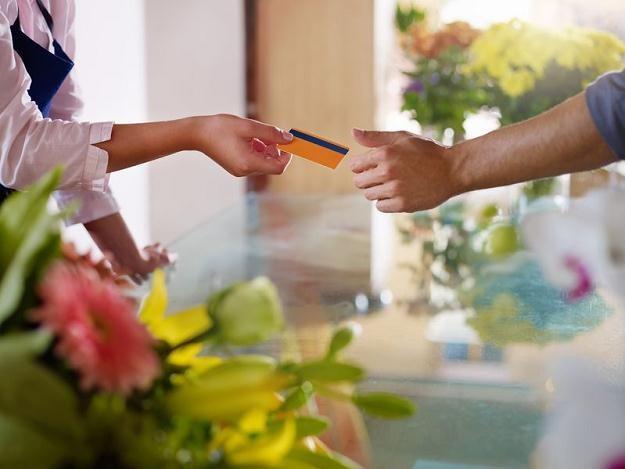 Płacąc kartą nie pozwól, by kelner lub sprzedawca zabrał ją ze sobą na zaplecze /©123RF/PICSEL