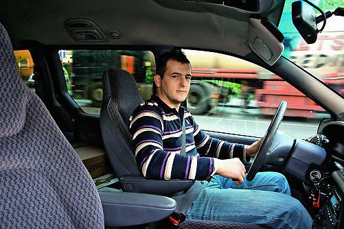 """""""Płacę za autostradę, a przez ciężarówki i tak jadę w ślimaczym tempie, niewiele szybciej niż na darmowych drogach"""" - Kamil Jakubiak, kierowca auta osobowego /Motor"""