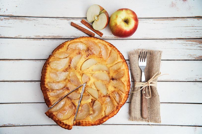 Placek drożdżowo-serowy z jabłkami /123RF/PICSEL