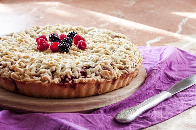 Placek przygotuj z dowolnymi owocami. Po sezonie użyj mrożonych, rozsypując je bezpośrednio na ciasto /123RF/PICSEL