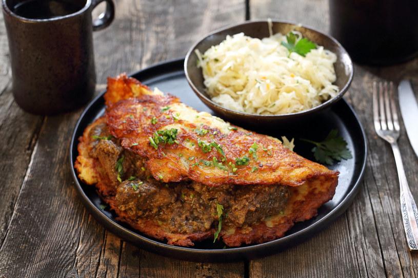 Placek ziemniaczany z gulaszem czy z sosem grzybowym? Wybór należy do ciebie! /123RF/PICSEL