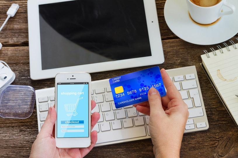 Płacenie kartą płatniczą jest jedną z najpopularniejszych form płatności internetowych /123RF/PICSEL
