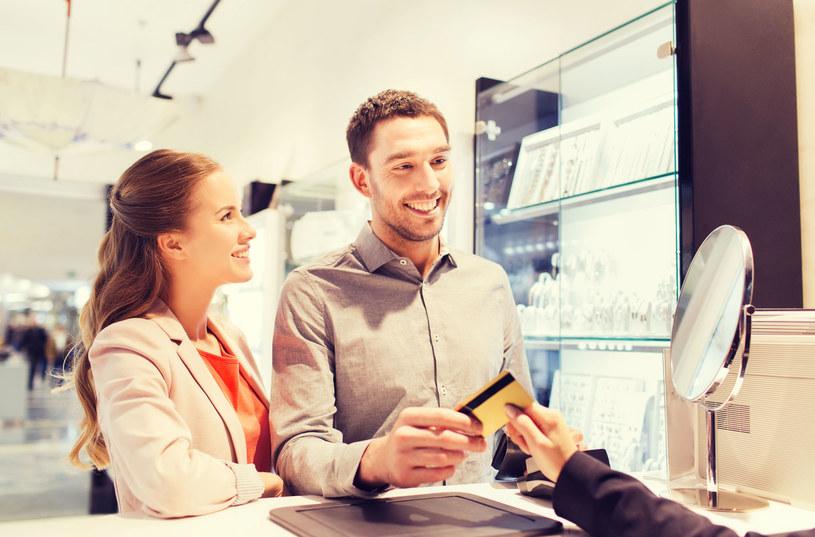 Płacenie kartą umożliwia nam dokładniejszy przegląd naszych wydatków /123RF/PICSEL
