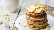 Placki z miodem, bananami i prażonymi orzechami