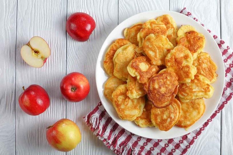 Placuszki z jabłkami /123RF/PICSEL