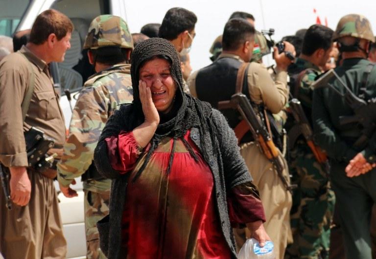 Płacząca jazydka; zdjęcie zrobiono po tym, jak dżihadyści porwali 200 mieszkańców wioski al-Humeira, Irak /MARWAN IBRAHIM /AFP