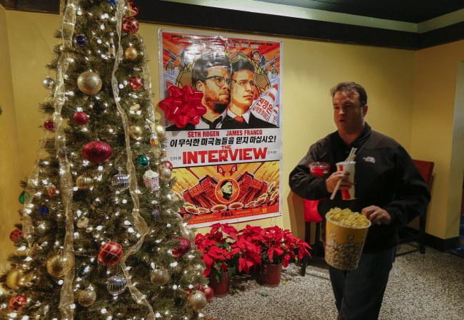 Plakat kontrowersyjnego filmu w jednym z amerykańskich kin /PAP/EPA/ERIK S. LESSER /PAP/EPA