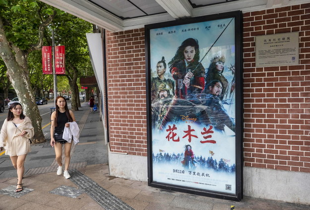 "Plakat ""Mulan"" przed kinem w Szanghaju /ALEX PLAVEVSKI /PAP/EPA"