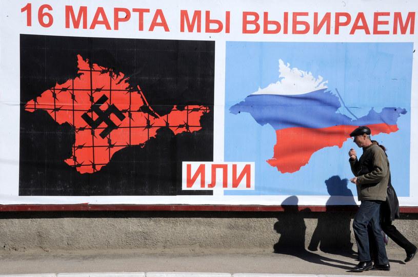 """Plakat na Krymie z napisem """"16 marca wybieramy ... lub ..."""" /VIKTOR DRACHEV /AFP"""
