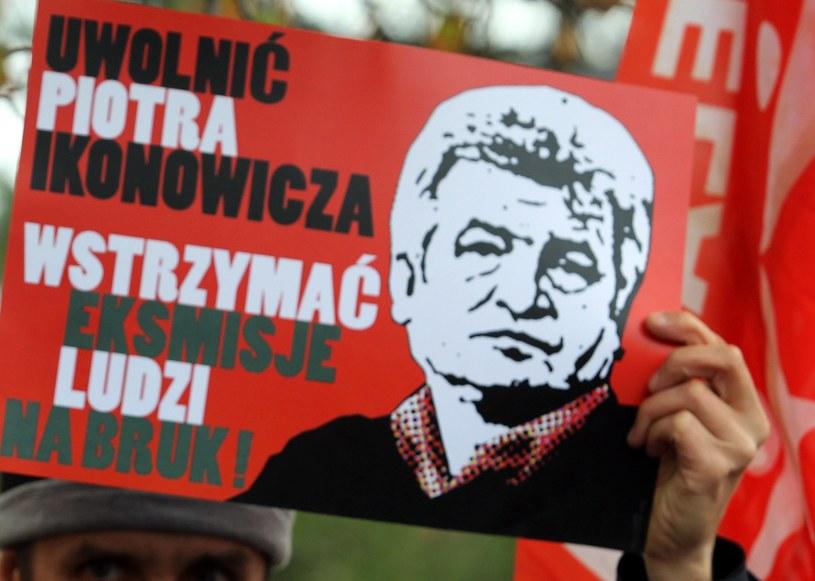 Plakat nawołujący do uwolnienia Piotra Ikonowicza /Radek Pietruszka /PAP
