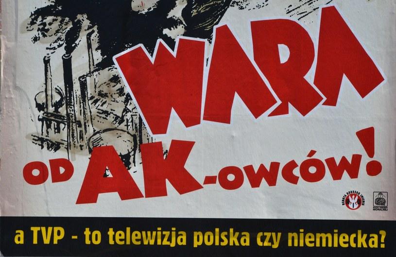 """Plakat przeciwko emisji przez TVP filmu """" Nasze matki , nasi ojcowie """" /Włodzimierz Wasyluk /East News"""