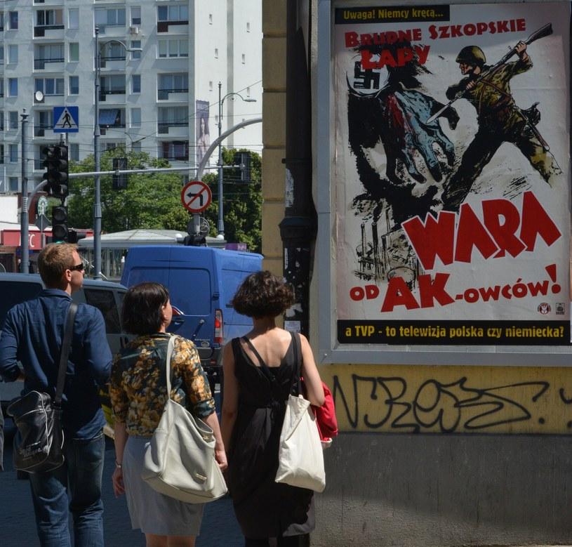 Plakat przeciwko emisji serialu /Włodzimierz Wasyluk /East News