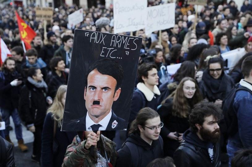 Plakat przedstawiający Emanuela Macrona jako Hitlera na protestach /THOMAS SAMSON /AFP