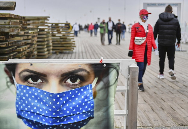 Plakat przy wejściu na molo w Sopocie, przypominający o obowiązku noszenia maseczek / Adam Warżawa    /PAP
