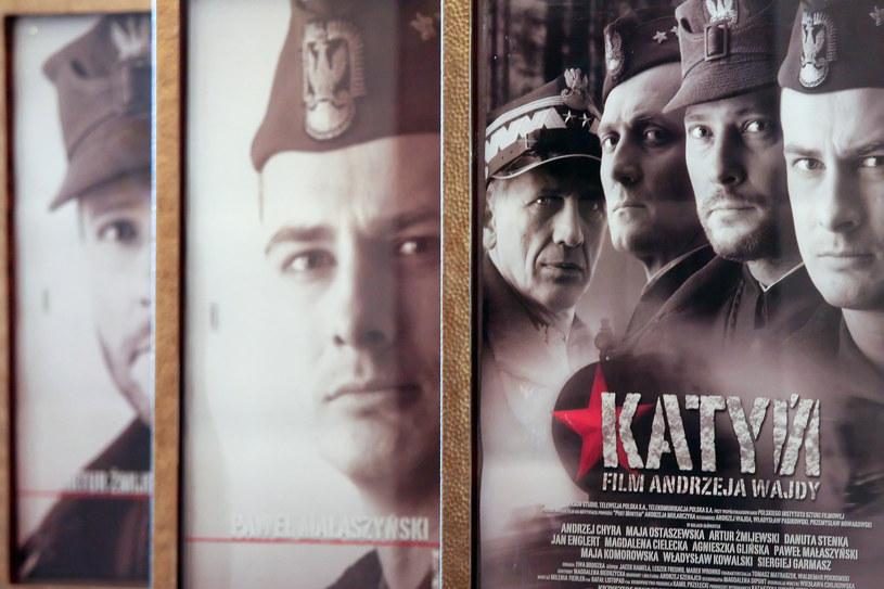 """Plakat reklamujący film """"Katyń"""" w reż. Adnrzeja Wajdy /Anatol Chomicz/FORUM /Agencja FORUM"""