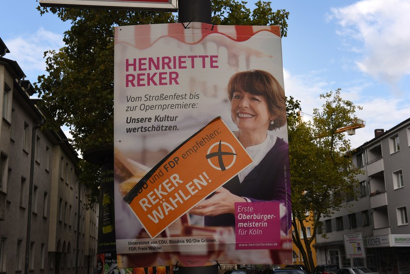 Plakat wyborczy Henriette Reker /PATRIK STOLLARZ /AFP