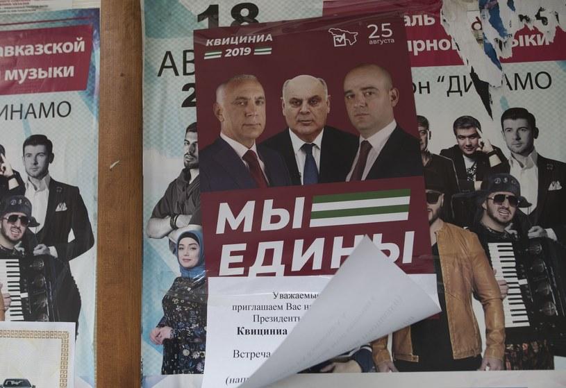 Plakat wyborczy w Sokhumi /Iliya Pitalev/SPUTNIK Russia /East News
