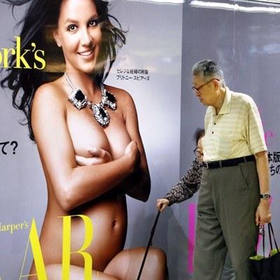 """Plakat z nagą Britney Spears na okładce """"Harper's Bazaar"""" w tokijskim metrze /AFP"""